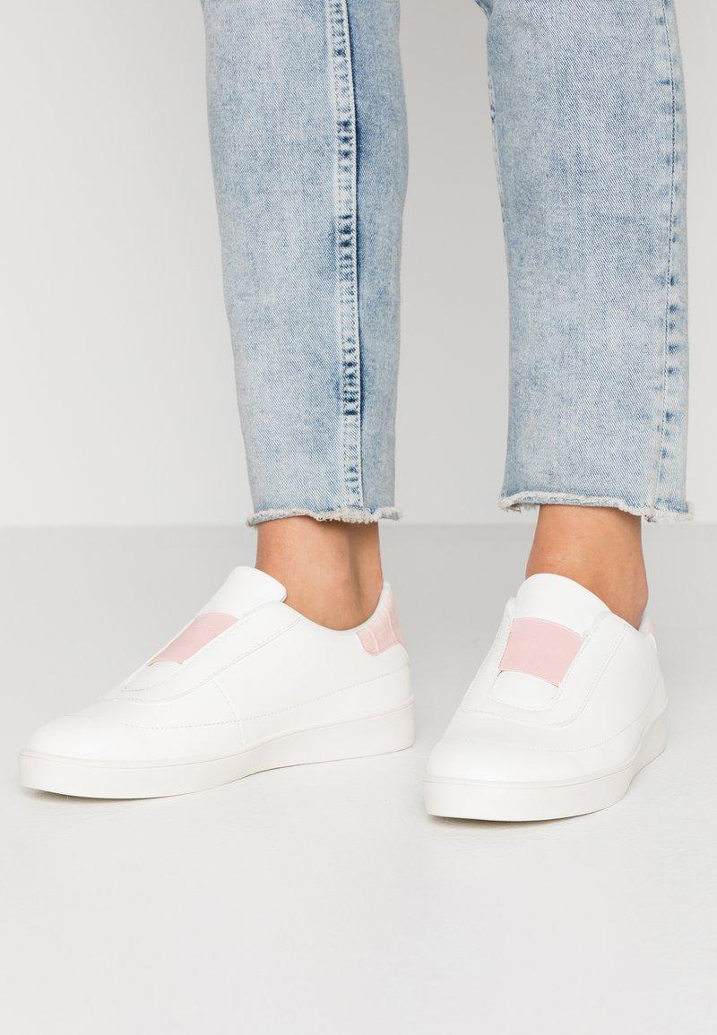 NA-KD - TRAINERS - Nazouvací boty - offwhite/pink