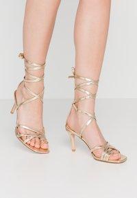NA-KD - ANKLE STRAP STILETTO HEELS - Sandály na vysokém podpatku - gold - 0