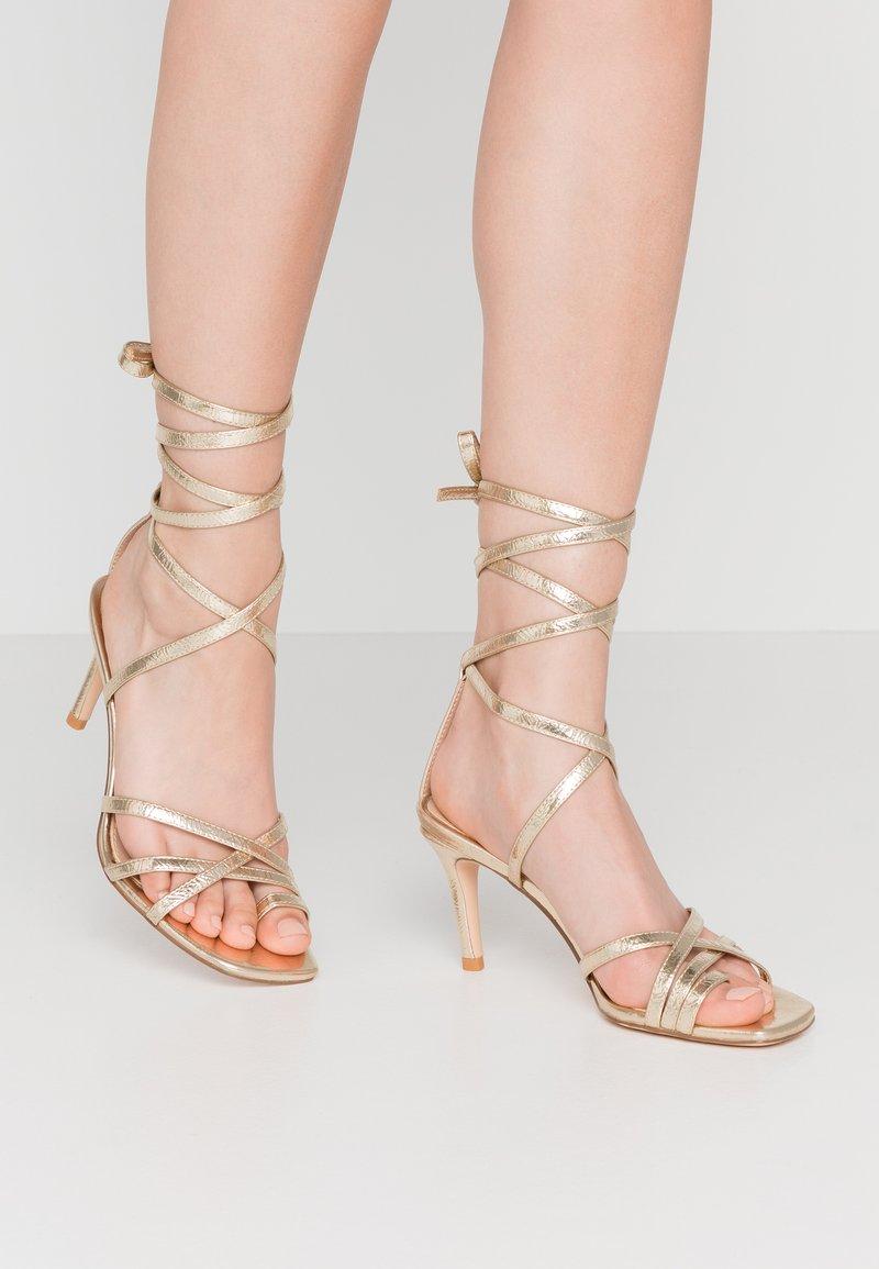 NA-KD - ANKLE STRAP STILETTO HEELS - Sandály na vysokém podpatku - gold