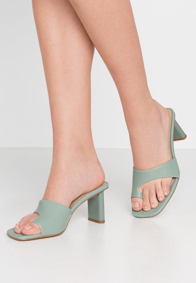 TOE STRAP MULES - Sandaler m/ tåsplit - pastel green