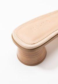 NA-KD - BASIC MULES CYLINDER HEEL - Pantofle na podpatku - natural - 2