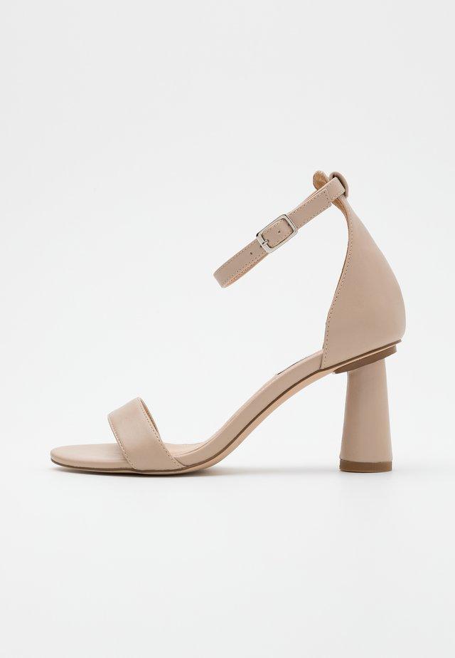 CONE SHAPE STRAP  - Sandały na obcasie - beige