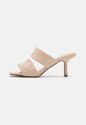 BRAIDED DOUBLE STRAP MULE - Sandalias - nude