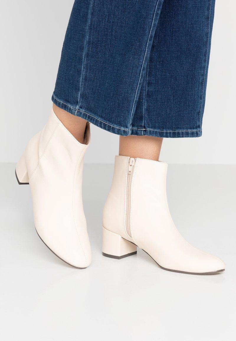 NA-KD - SOFT LOW HEEL BOOTIES - Støvletter - offwhite