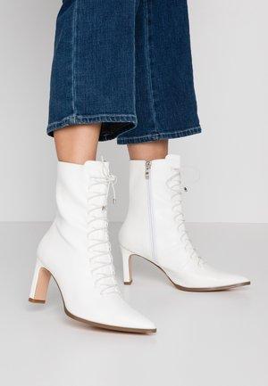 POINTY LACE UP BOOTIES - Šněrovací kotníkové boty - white