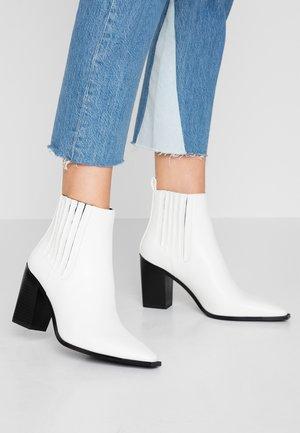 POINTY BLOCK  - Ankelboots med høye hæler - white