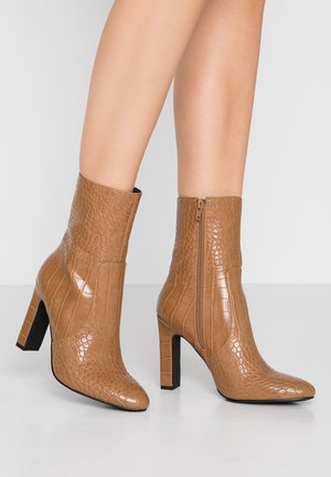 GLOSSY BOOTIES - High heeled ankle boots - brown
