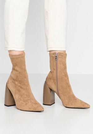 TIGHT SHAFT BLOCK BOOTIES - Kotníková obuv na vysokém podpatku - beige