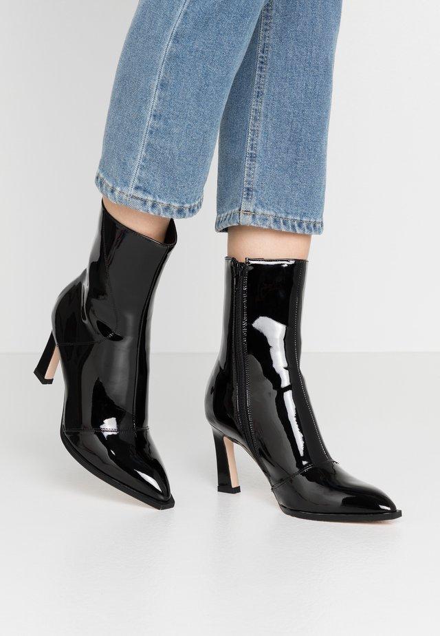 GLOSSY BOOTS - Støvletter - black