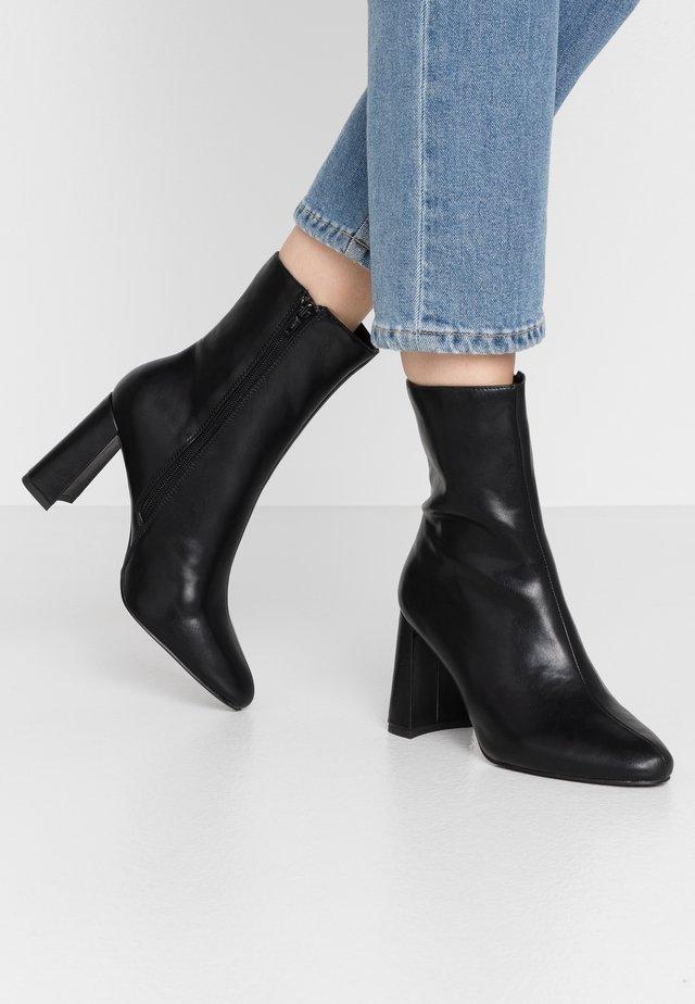 ANGULAR HEEL BOOTIES - Kotníková obuv na vysokém podpatku - black
