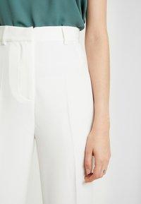NA-KD - TINA MARIA FRONT SEAM BOOTCUT PANTS - Kalhoty - white - 4