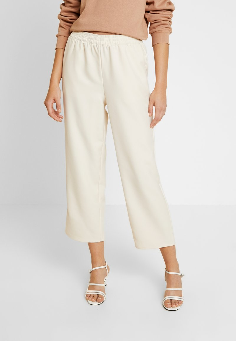 NA-KD - EMILIE BRITING ELASTIC WAISTSEAM CROPPED PANTS - Stoffhose - off white