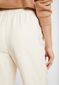 NA-KD - EMILIE BRITING ELASTIC WAISTSEAM CROPPED PANTS - Kalhoty - off white - 4