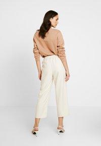 NA-KD - EMILIE BRITING ELASTIC WAISTSEAM CROPPED PANTS - Kalhoty - off white - 2