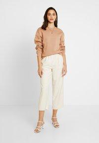 NA-KD - EMILIE BRITING ELASTIC WAISTSEAM CROPPED PANTS - Kalhoty - off white - 1