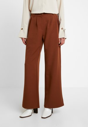 HANNA WEIG FLOWY TAILORED PANTS - Pantalones - brown