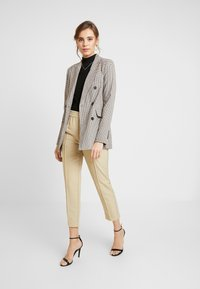 NA-KD - ELASTIC WAIST SEAMLINE PANTS - Pantalon classique - beige - 2