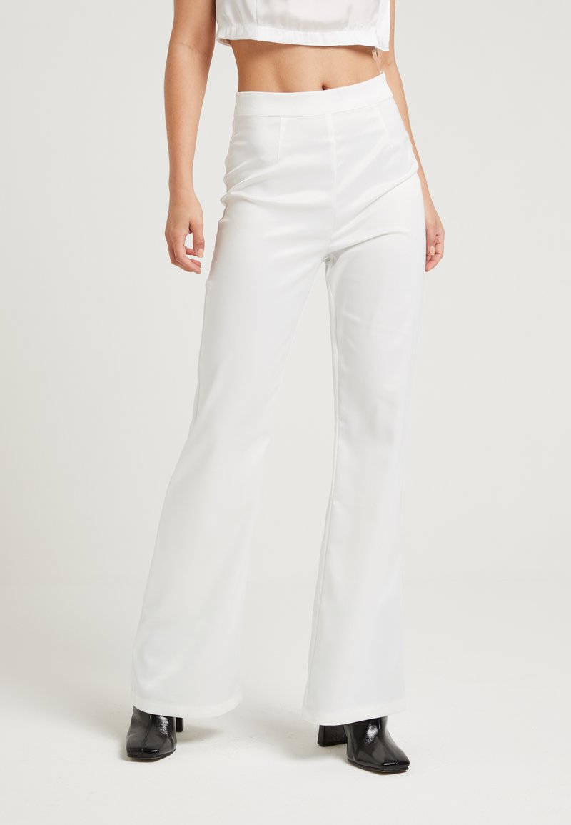 NA-KD - SHINY FLARE SUIT PANTS - Trousers - white