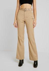 NA-KD - BELTED BOOTCUT PANTS - Bukse - beige - 0