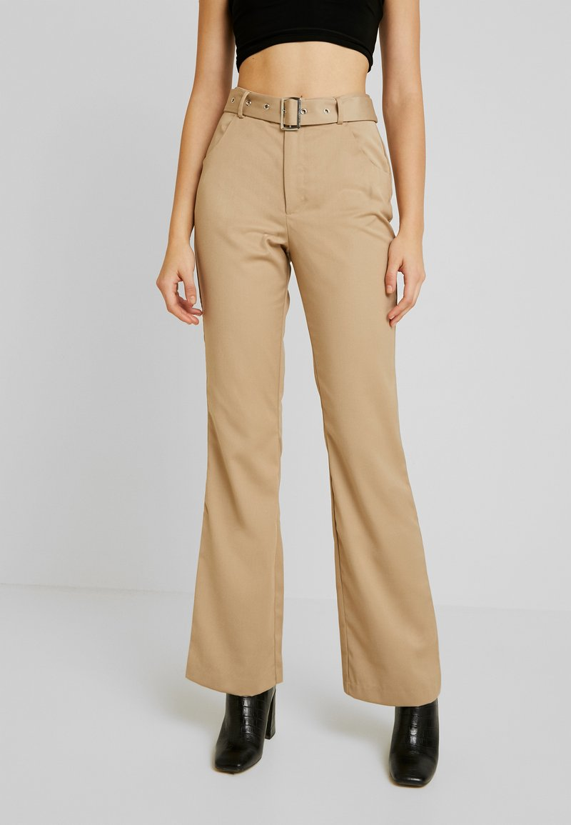 NA-KD - BELTED BOOTCUT PANTS - Bukse - beige