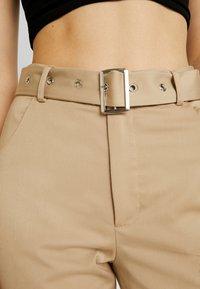 NA-KD - BELTED BOOTCUT PANTS - Bukse - beige - 5