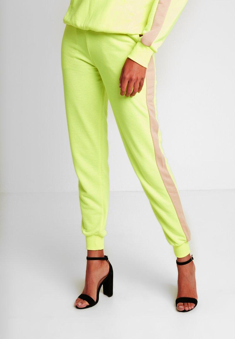 NA-KD - CONTRAST PANEL JOGGERS - Joggebukse - neon yellow