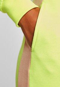 NA-KD - CONTRAST PANEL JOGGERS - Joggebukse - neon yellow - 6