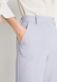 NA-KD - ZALANDO X NA-KD STRAIGHT SUIT PANTS - Pantalones - dusty blue - 3