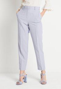 NA-KD - ZALANDO X NA-KD STRAIGHT SUIT PANTS - Pantalones - dusty blue - 0