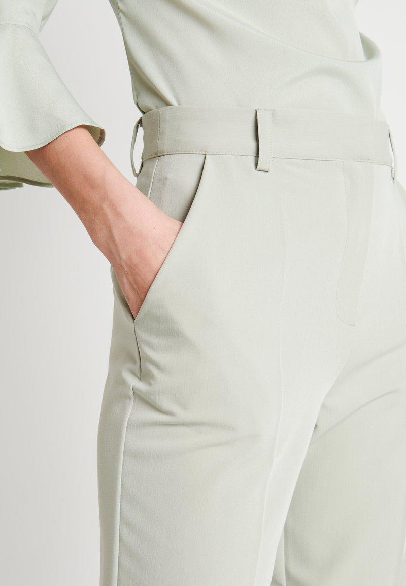 NA-KD ZALANDO X NA-KD STRAIGHT SUIT PANTS - Pantaloni - dusty green 33b0ZT vendita online