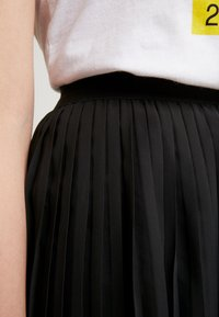 NA-KD - PLEATED SKIRT - A-line skjørt - black - 5