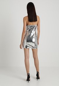 NA-KD - SHORT SLIP DRESS - Robe de soirée - silver - 3