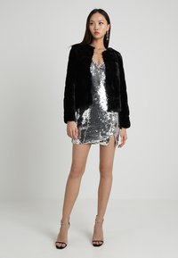 NA-KD - SHORT SLIP DRESS - Robe de soirée - silver - 2