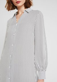 NA-KD - MIDI STRIPED DRESS - Košilové šaty - black/white - 5