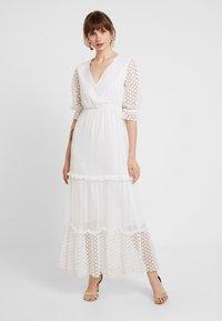 NA-KD - KAE SUTHERLAND DETAIL DRESS - Maxi-jurk - white - 0