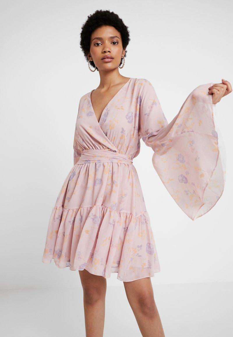 NA-KD - KAE SUTHERLAND WIDE SLEEVE MINI DRESS - Day dress - light pink