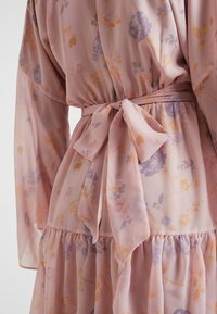 NA-KD - KAE SUTHERLAND WIDE SLEEVE MINI DRESS - Day dress - light pink - 4