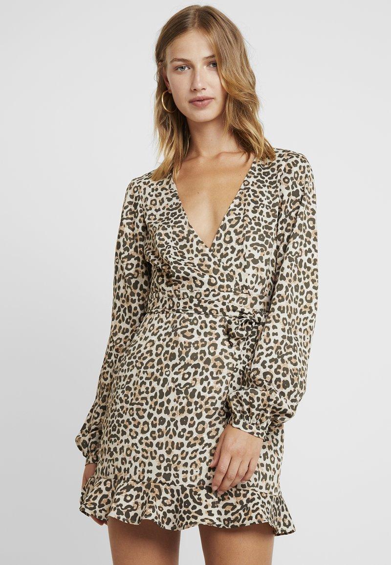 NA-KD - OVERLAP MINI DRESS - Freizeitkleid - leopard