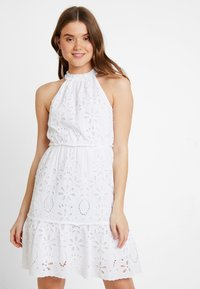 NA-KD - GRADUATION DROP HIGH NECK ANGLAISE DRESS - Denní šaty - white - 0