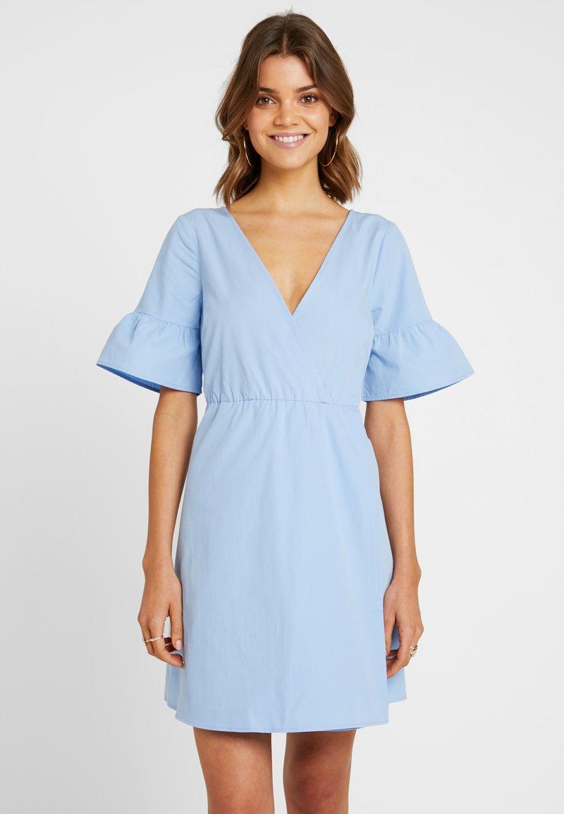 NA-KD - RUFFLE SLEEVE DRESS - Freizeitkleid - blue