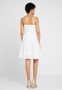 NA-KD - DOBBY DOT DRESS - Denní šaty - white - 2