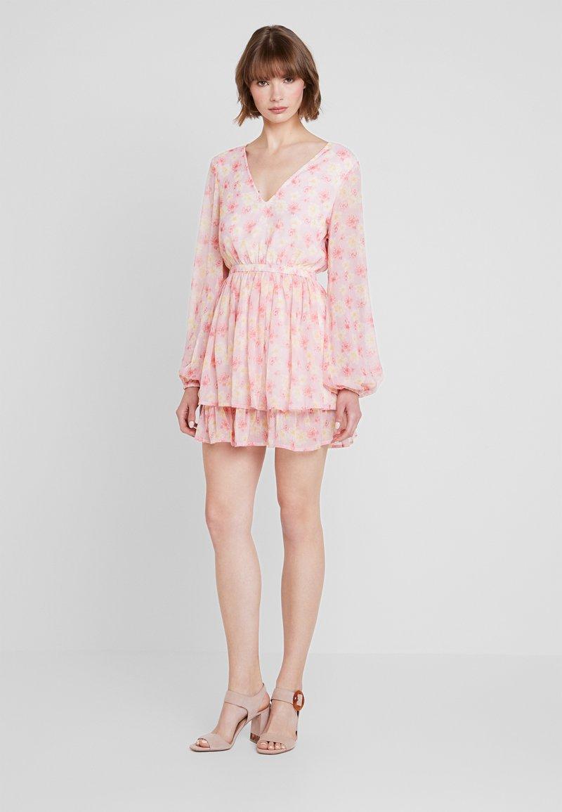 NA-KD - PAULINYE OPEN BACK V NECK DRESS - Freizeitkleid - light pink