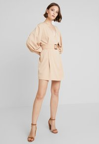 NA-KD - BALLON SLEEVE BELTED DRESS - Denní šaty - beige - 1
