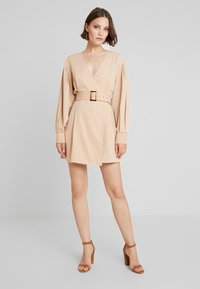 NA-KD - BALLON SLEEVE BELTED DRESS - Denní šaty - beige - 0