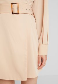 NA-KD - BALLON SLEEVE BELTED DRESS - Denní šaty - beige - 5