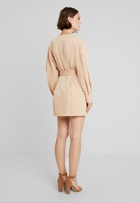 NA-KD - BALLON SLEEVE BELTED DRESS - Denní šaty - beige - 2