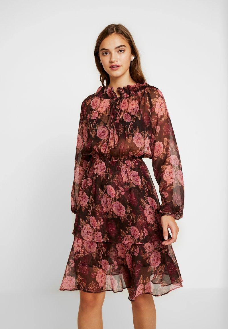 NA-KD - HIGH FRILL NECK DRESS - Freizeitkleid - brown/pink