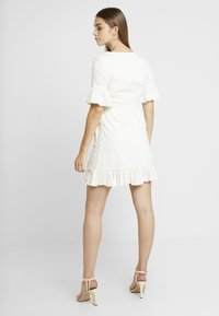 NA-KD - QUEEN OF JETLAGS FRILL DETAILED DRESS - Hverdagskjoler - off white - 2