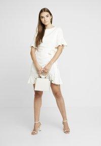 NA-KD - QUEEN OF JETLAGS FRILL DETAILED DRESS - Hverdagskjoler - off white - 1