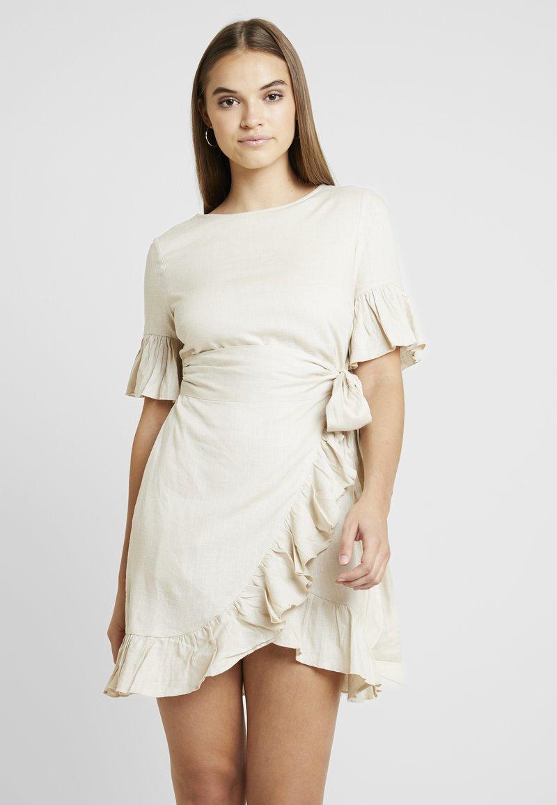 NA-KD - QUEEN OF JETLAGS FRILL DETAILED DRESS - Freizeitkleid - beige